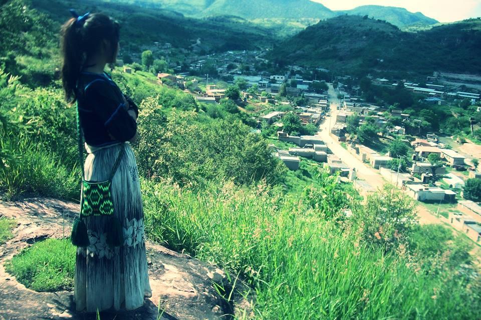 Mujer Wixárika observa el valle de San Sebastián Teponohuaxtlán (Wuaut+a) (Facebook/San Sebastián Teponohuaxtlán)