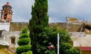 Visto from atrás, el Templo de Santo Domingo de Guzmán, campanario cuarteada y lo que queda de su cúpula. (Tracy L. Barnett)