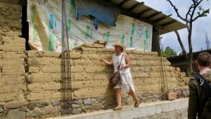 Lourdes Malvido inspecciona una casa dañada en el terremoto en Hueyápan. (Tracy L. Barnett)