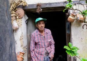 Sergio no sabe cuantos años tiene su casa de adobe, que fue una herencia de su abuelo, pero está seguro que tiene mucho mas que 100 años. (Tracy L. Barnett)
