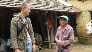Sebastián Agusil habla con Sergio, 85, sobre su casa de adobe, uno de los mas antiguos de Hueyápan, que sobrevivió el terremoto. (Tracy L. Barnett)