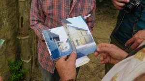 Sergio comparte fotos de algunas casas tradicionales de adobe que fueron derrumbados. (Tracy L. Barnett)