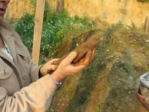 Bioarquitecta y especialista en adobe hace una prueba de suelo en Hueyápan (Tracy L. Barnett)