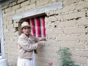 Lourdes Malvido conseja un residente de Hueyápan de la mejor manera de reparar y reforzar su casa de adobe. (Tracy L. Barnett)
