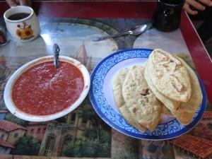 Tlacoyos, una empanada de maíz prehispánica común en Morelos, servido a menudo en Amor Chiquito. (Tracy L. Barnett)