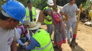 El Grupo de Tequio de Barrio San Felipe, Hueyápan, construyen una casa temporal para Doña Eulogia Ramos Pérez en el pueblo aledaño de San Antonio Alpanoca. (Tracy L. Barnett)