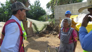 Luis Miguel Espinosa, izq., platica con Doña Eulogia Ramos Pérez, cuyo casa temporal el Grupo de Tequio de San Felipe estaba construyendo. (Tracy L. Barnett)